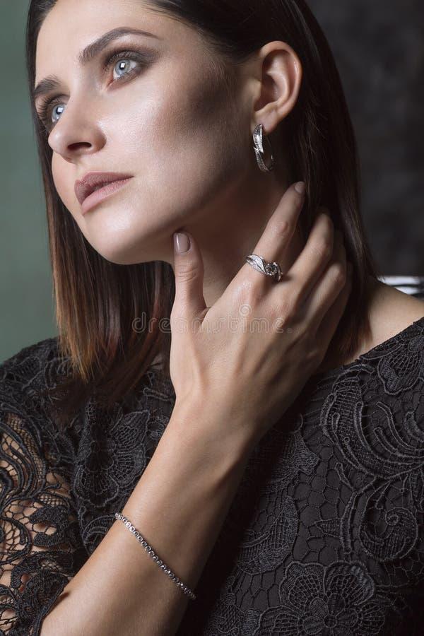 djup tankekvinna Guld och Diamond Jewelry royaltyfria bilder