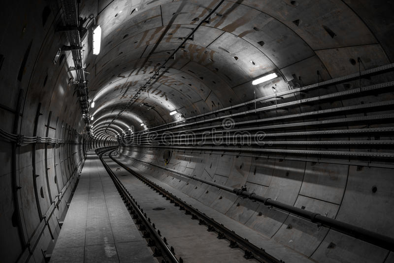 Djup tunnelbanatunnel royaltyfria foton
