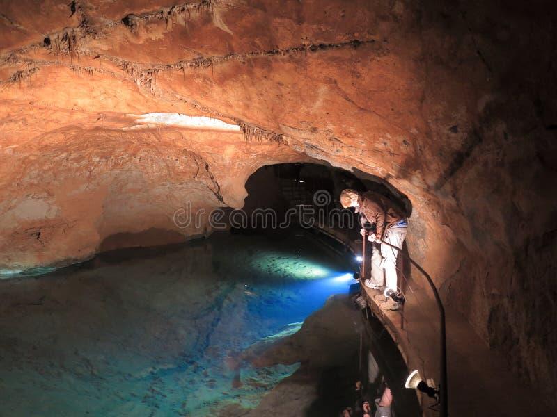 Djup underjordisk lake - Jenolan grottor arkivfoto