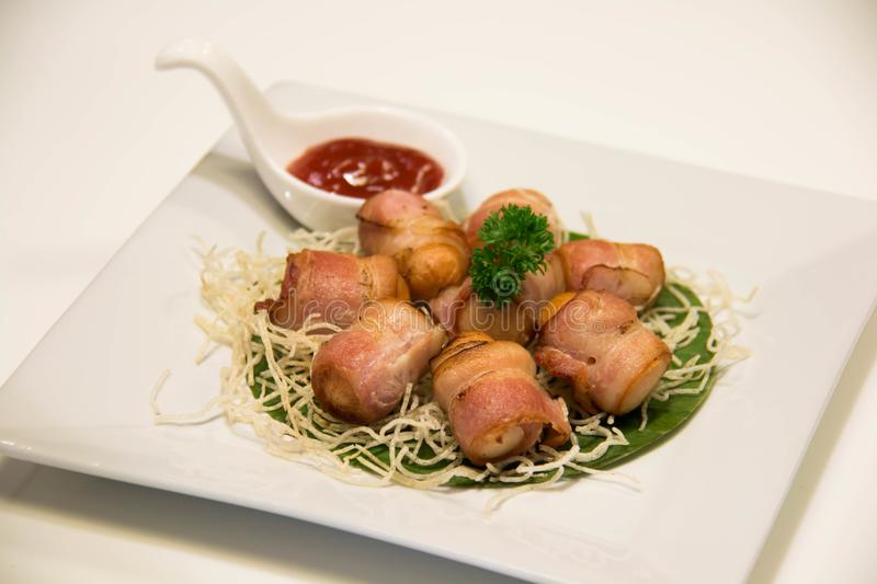Djupa Fried Bacon Wrapped Sausage med sås royaltyfria foton