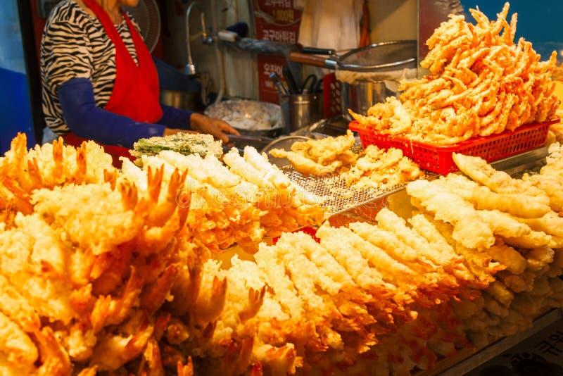 Djupa Fried Shrimps Tempura Shrimps på den Daepo hamnen, Sokcho, Korea royaltyfria bilder
