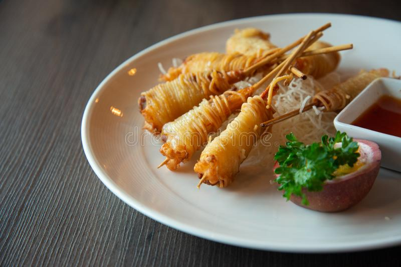 Djupa Fried Wrapped Shrimp med livslängdnudlar royaltyfria bilder