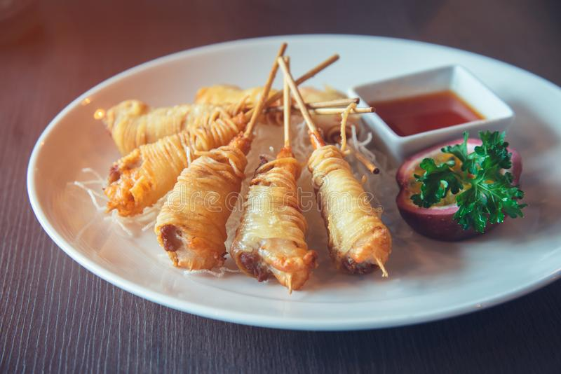 Djupa Fried Wrapped Shrimp med livslängdnudlar arkivfoto