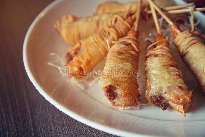 Djupa Fried Wrapped Shrimp med livslängdnudlar royaltyfri bild