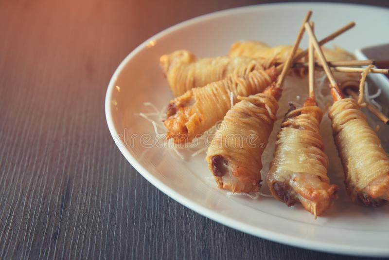 Djupa Fried Wrapped Shrimp med livslängdnudlar royaltyfri foto