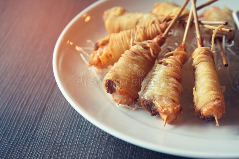 Djupa Fried Wrapped Shrimp med livslängdnudlar arkivfoton
