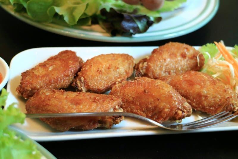 Djupa stekt kycklingvingar med fisksås arkivbilder