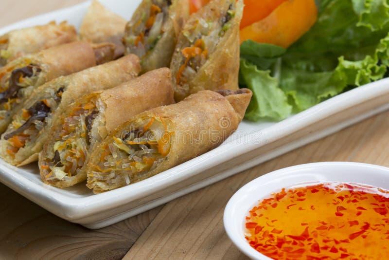 Djupa stekte vårrullar, Por Pieer Tod eller Fried rulle för vår för vårrullar thailändsk på den vita maträtten på trätabellen, th arkivbilder
