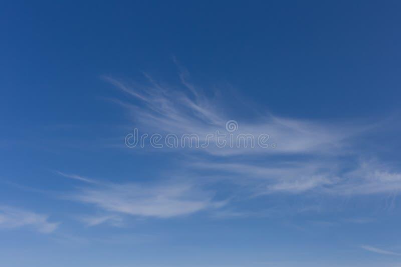 Djupblå himmel med Wispy vita moln royaltyfri fotografi