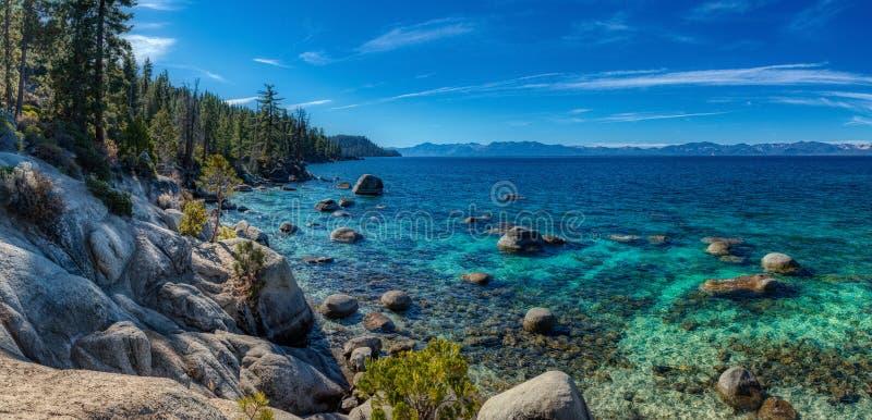 Djupblå och turkosvatten på Lake Tahoe panorama arkivbild