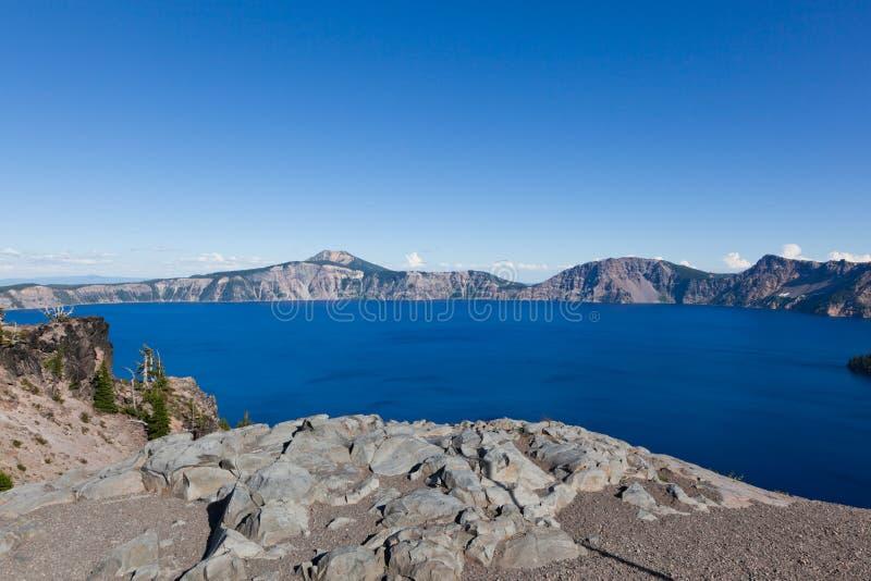 Djupblå sjö royaltyfri fotografi