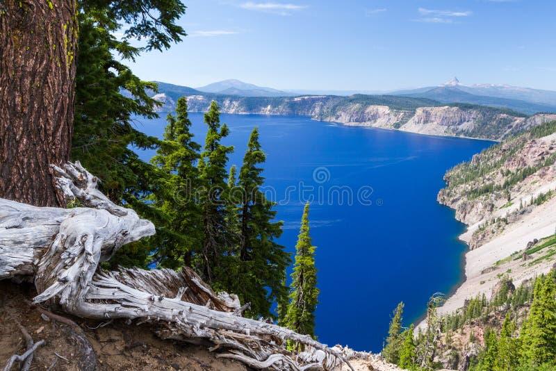 Djupblått - krater sjö- och bergsikt royaltyfri bild