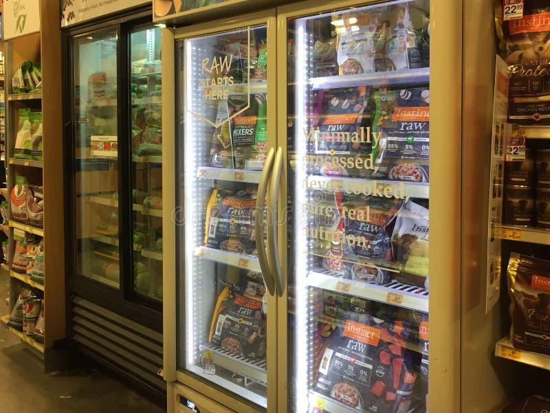 Djupfryst älsklings- mat i det till salu kylskåpet arkivfoton
