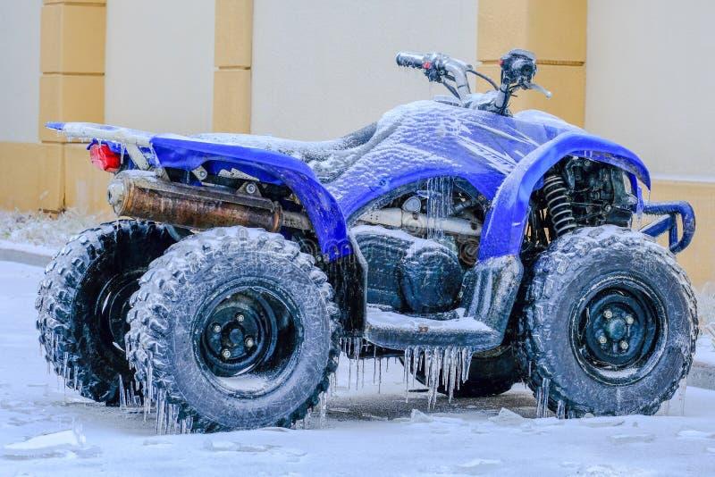 Djupfryst ATV på vinter royaltyfri fotografi