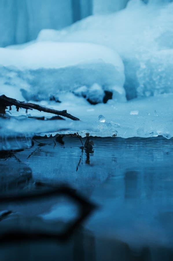 Djupfryst Brocken för vattenfallvinterlandskap nationalpark Harz fotografering för bildbyråer
