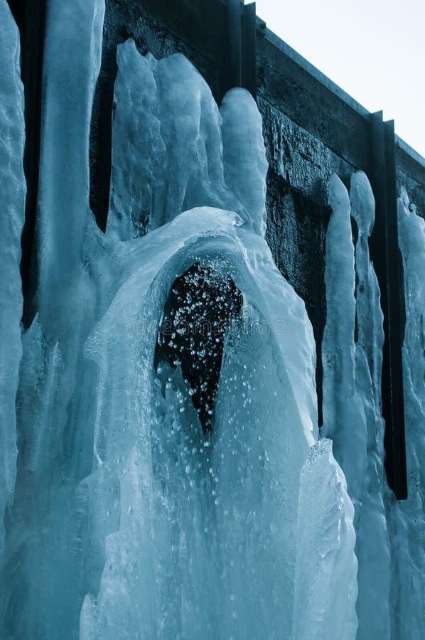 Djupfryst Brocken för vattenfallvinterlandskap nationalpark Harz royaltyfri bild
