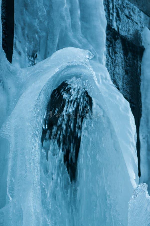 Djupfryst Brocken för vattenfallvinterlandskap nationalpark Harz arkivfoto