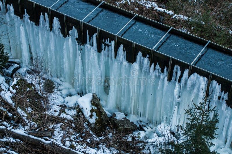 Djupfryst Brocken för vattenfallvinterlandskap nationalpark Harz royaltyfria foton