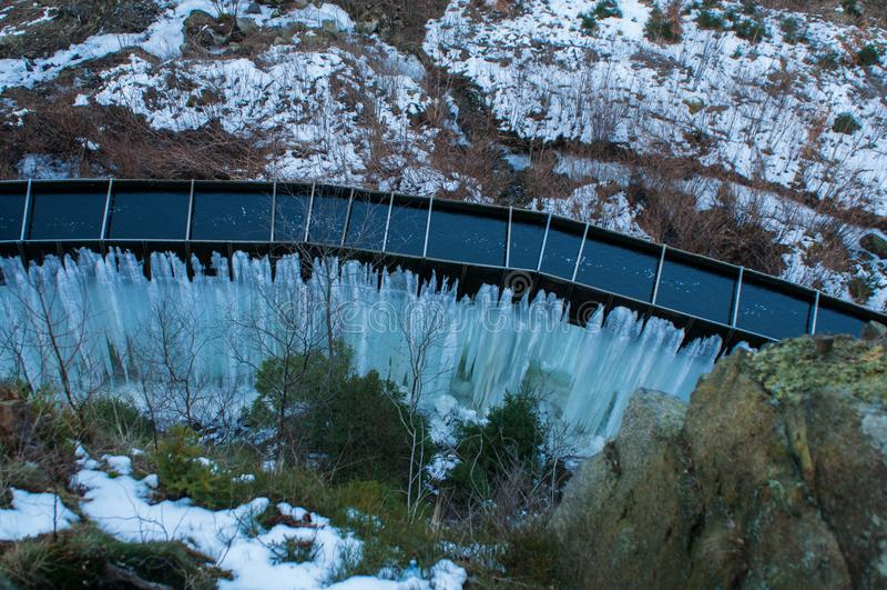 Djupfryst Brocken för vattenfallvinterlandskap nationalpark Harz royaltyfri fotografi