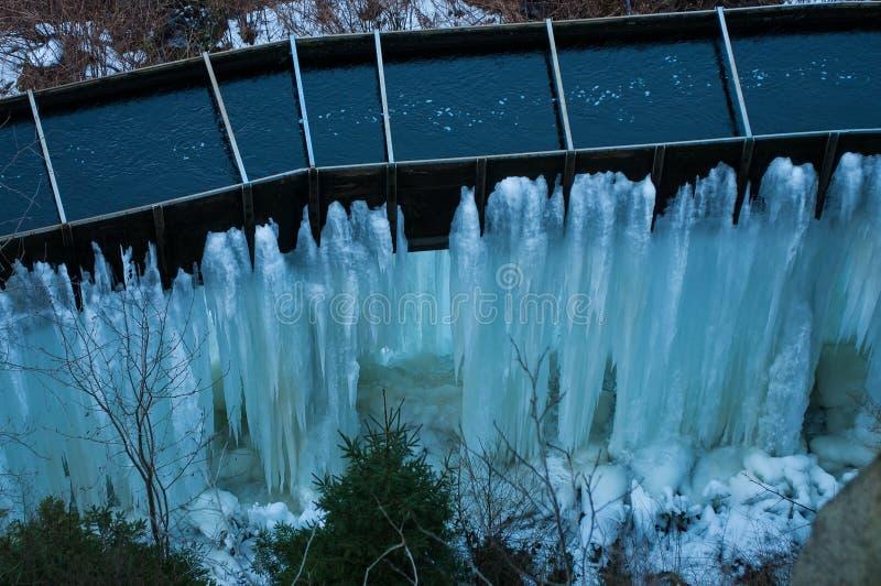 Djupfryst Brocken för vattenfallvinterlandskap nationalpark Harz royaltyfria bilder