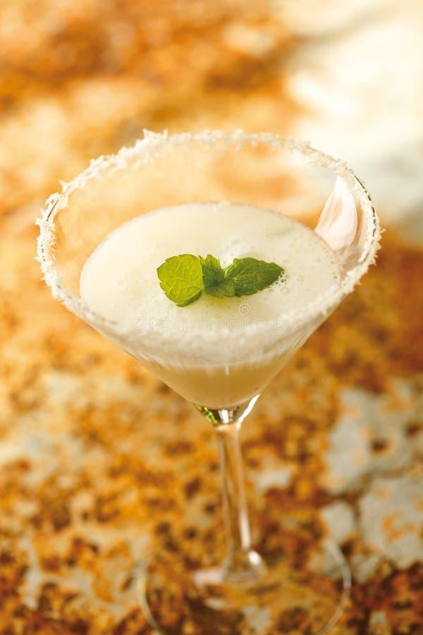 Djupfryst daiquiri som tjänas som i ett exponeringsglas Ingredienserna är rom, limefrukt royaltyfria foton