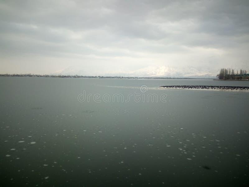 Djupfryst dal-sjö Kashmir royaltyfri foto