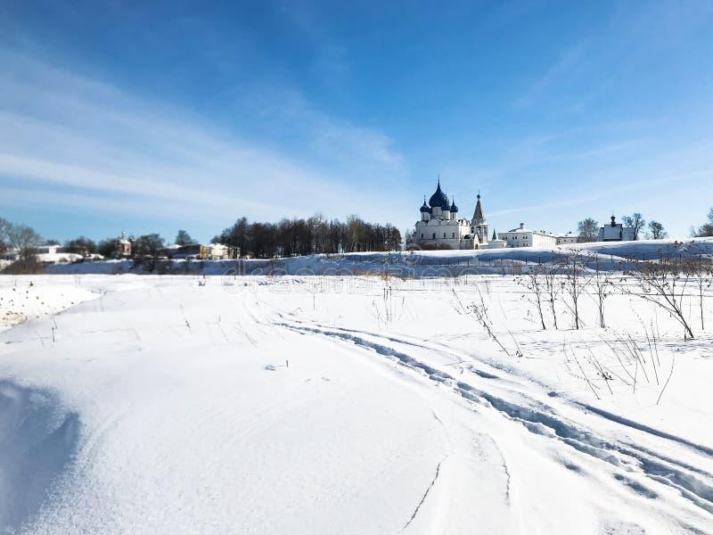 djupfryst flod och Suzdal Kreml i vinter royaltyfri foto