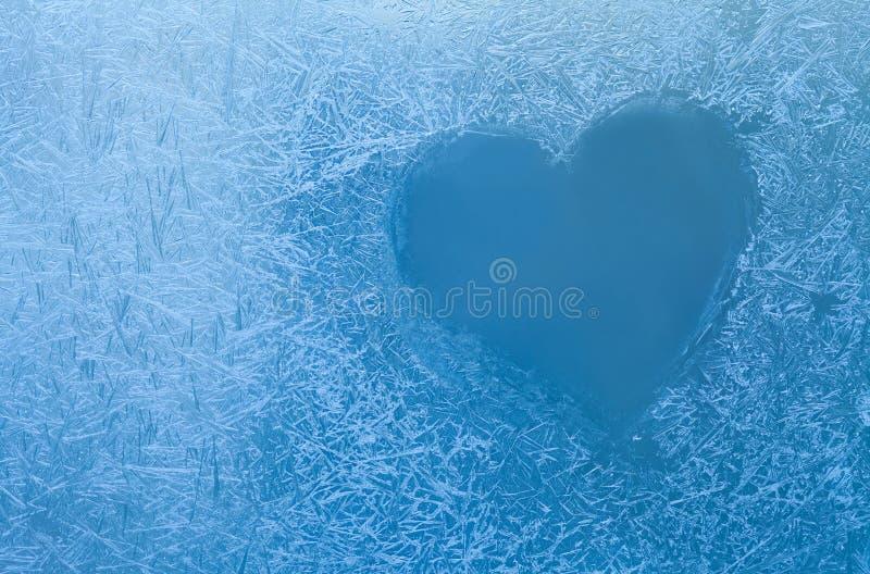Djupfryst hjärta Is blommar i det glass fönstret Valentindag, förälskelsebegrepp arkivfoto