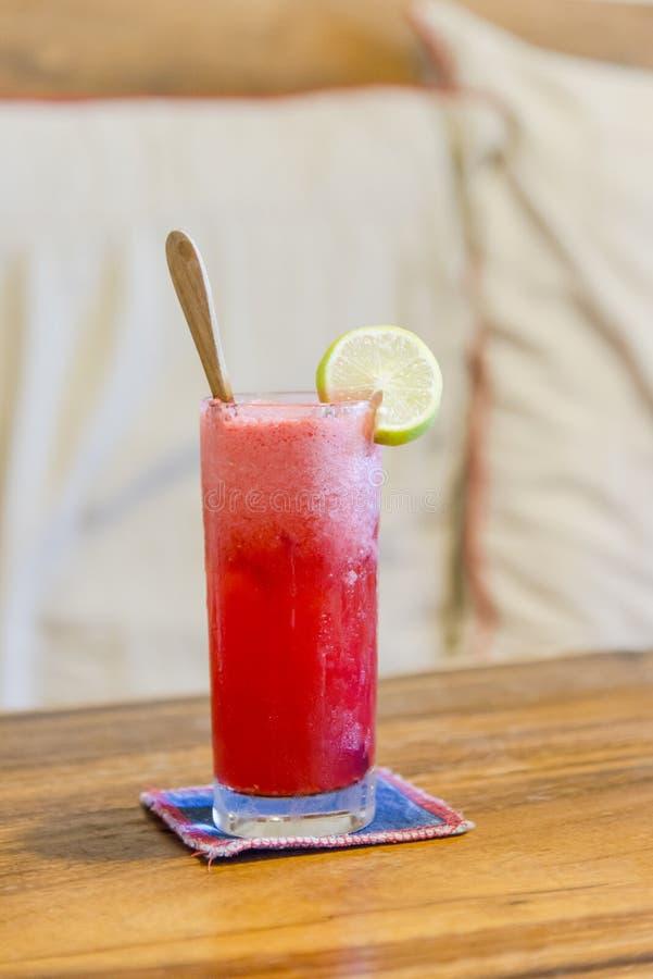 Djupfryst jordgubbemargaritacoctail i margaritaexponeringsglas royaltyfri fotografi