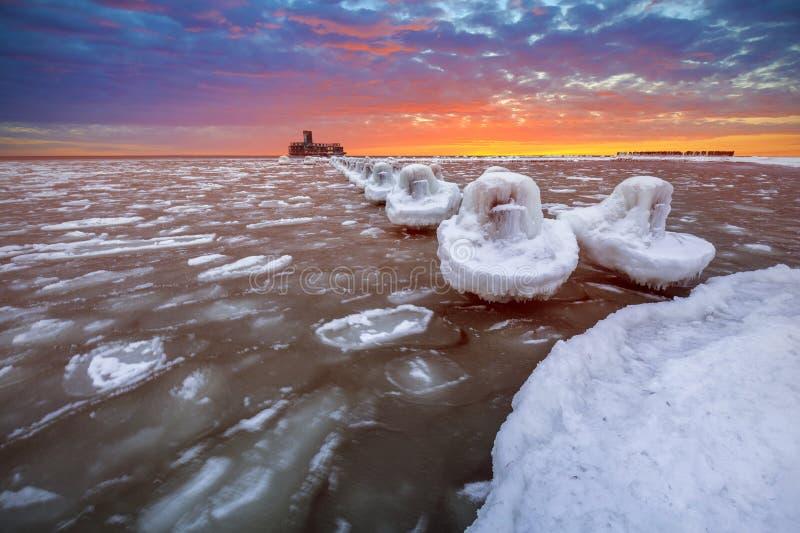 Djupfryst kustlinje av Östersjön i Gdynia på solnedgången royaltyfria foton