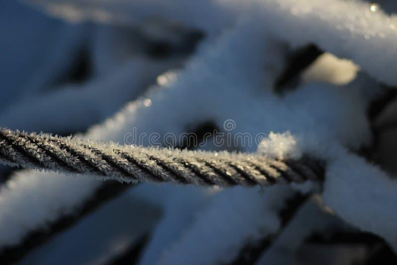Djupfryst räkenskap som fast den robusa metallen för kabel men fortfarande kallt royaltyfri fotografi