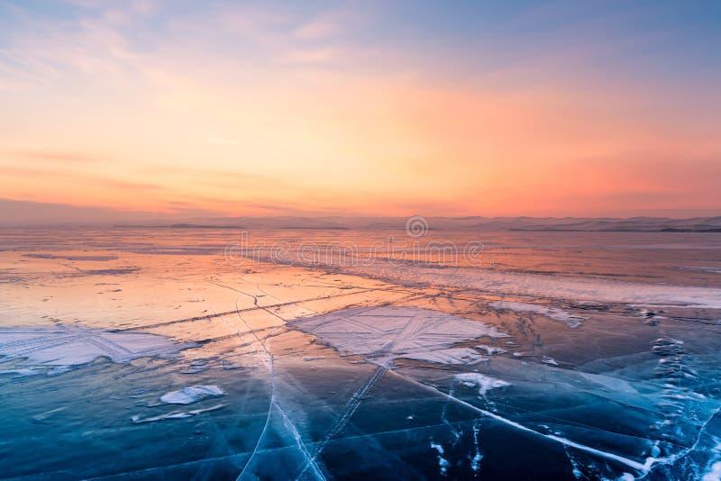 Djupfryst sjö för vintersäsongvatten med solnedgånghimmel arkivfoto