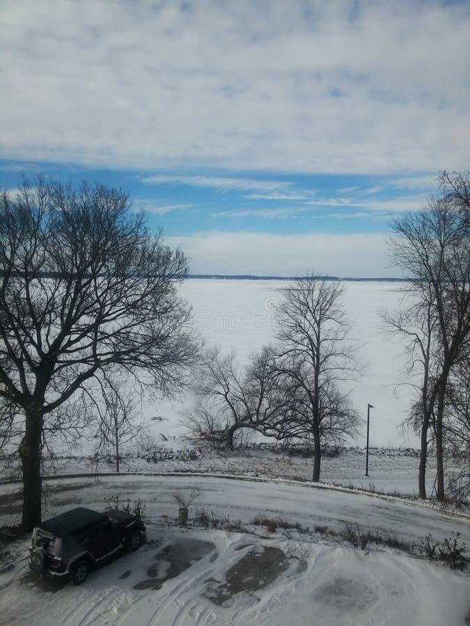 Djupfryst sjö- och svartbil royaltyfri fotografi