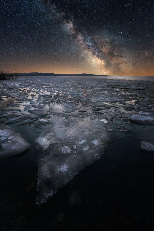 Djupfryst sjö under stjärnorna royaltyfri foto