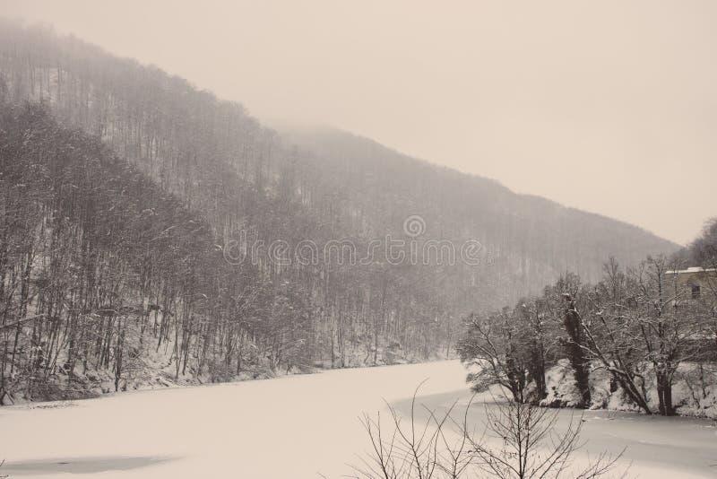 Djupfryst vintersjö med den kalla skogen i Lillafured, Miskolc, Ungern Sjö med is och det snöig berget för ligganderussia för 33c royaltyfri foto