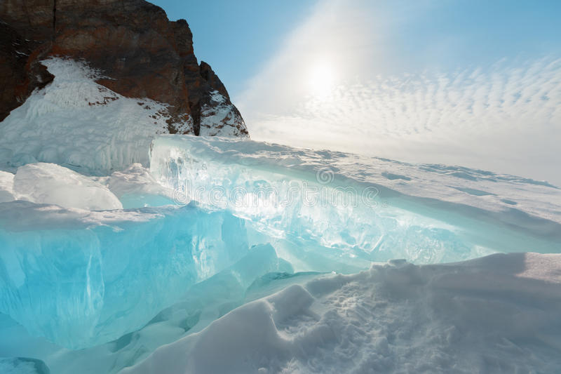 Djupfrysta Lake Baikal. Vinter. royaltyfria foton
