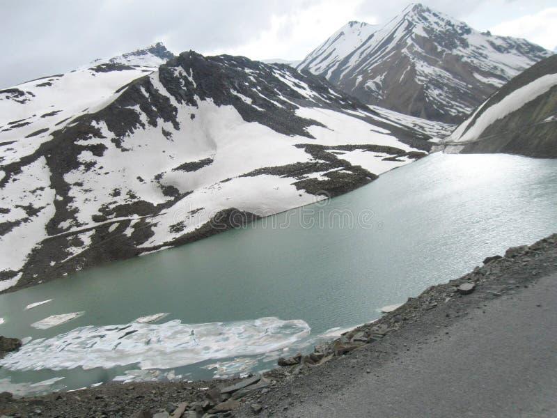 Djupfrysta Suraj Lake på Leh-Ladakh huvudvägplats royaltyfria foton