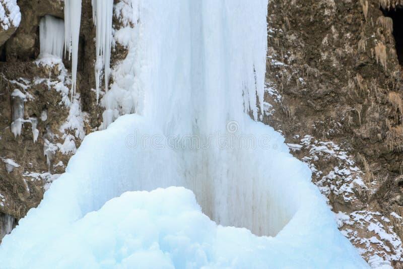 Djupfrysta vattenfall i det norr Kaukasuset, Karachay-Cherkess Repub royaltyfri bild