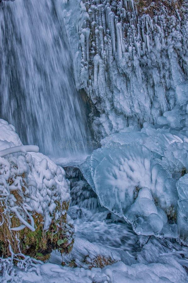 Djupfrysta vattennedgångar fotografering för bildbyråer