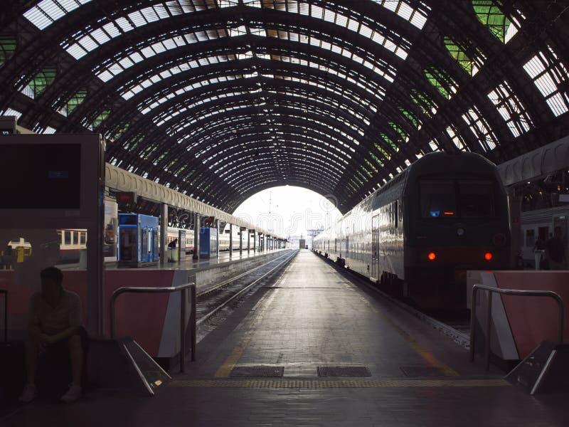 Djupt perspektiv av stänger och drevet på den Milan centralstationen royaltyfria bilder