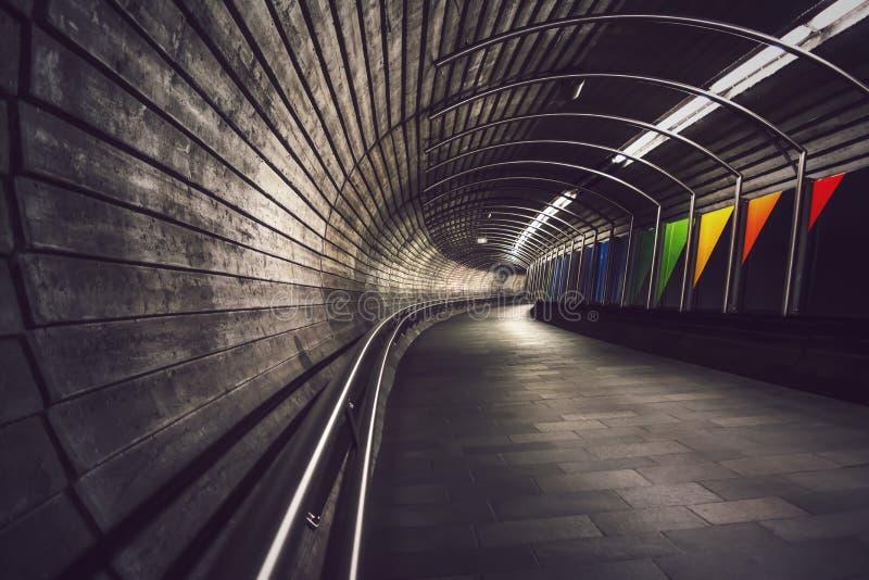 Djupt perspektiv in i mörker, slingrig underjordisk tunnel