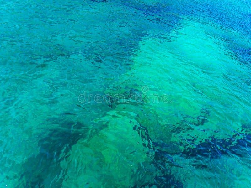 Djupt rent blått havsvatten arkivfoto