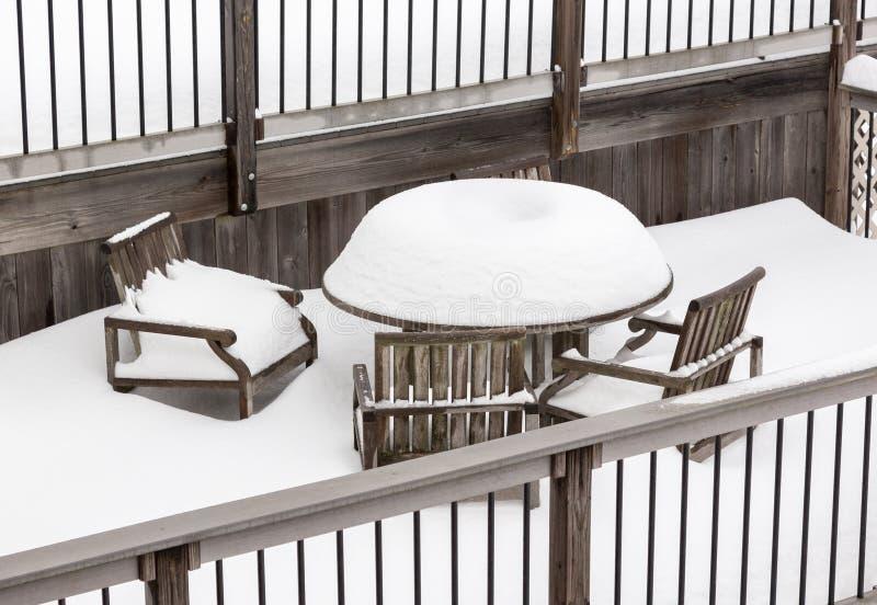 Djupt snöfall på den utomhus- tabellen och stolar royaltyfria bilder