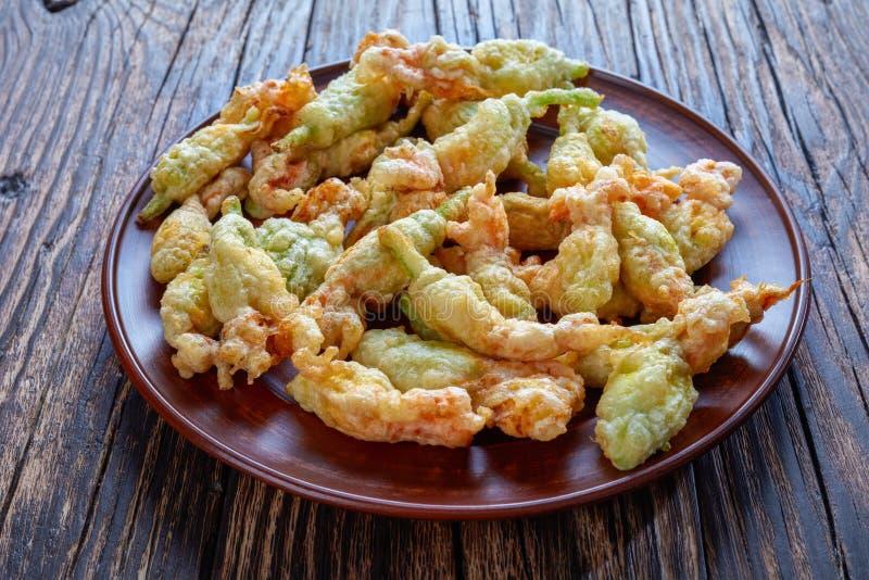 Djupt stekt i tempurazucchiniblommor royaltyfri foto