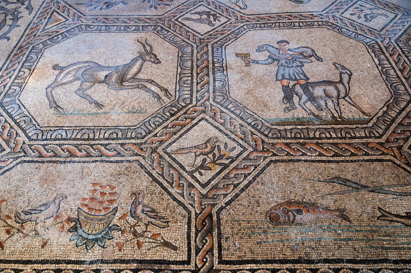 Djur- och folkmosaiker inom Basilika di Aquileia royaltyfria foton