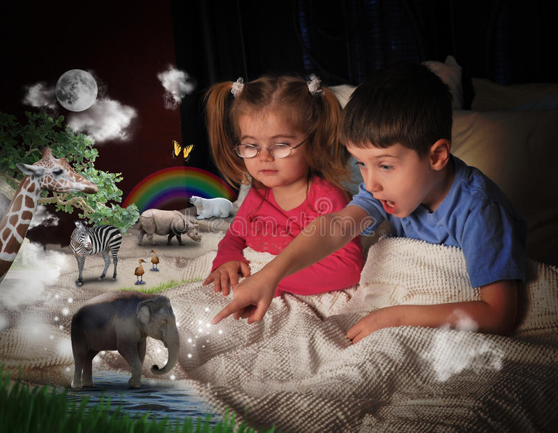 Djur på sängen Time med barn royaltyfri foto