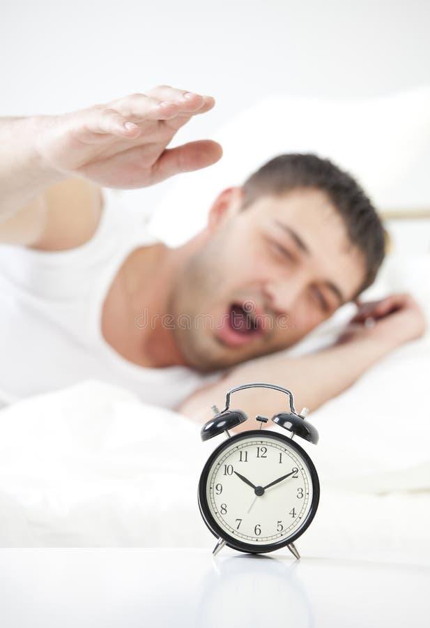 Dla budzika mężczyzna sypialny dojechanie fotografia stock