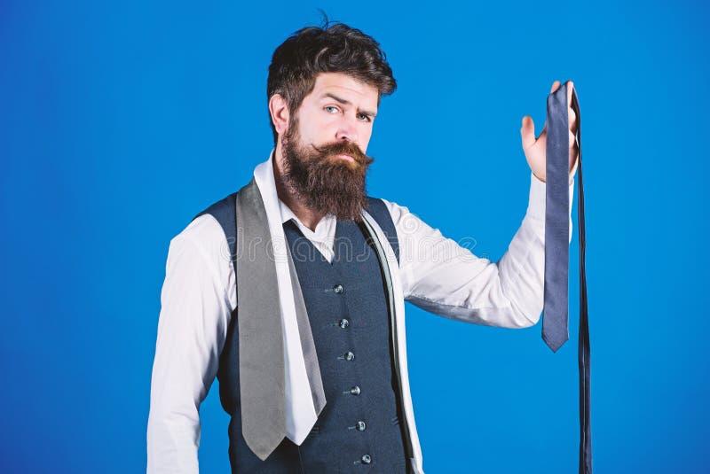 Dla formalnych okazji wybiera bry?? barwi?cy krawat ni? tw?j koszula kt?ry jest ciemny Dopasowanie kolory Mężczyzny modnisia brod obraz royalty free