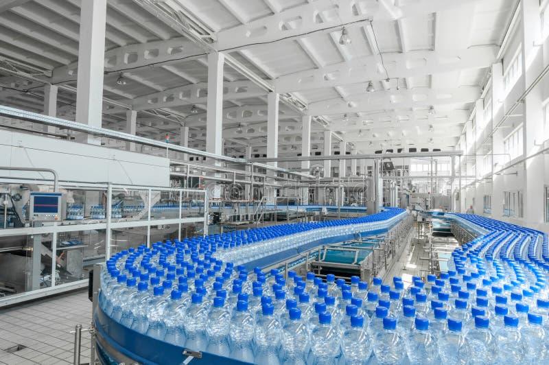 Dla produkci plastikowe butelki fabryczne obraz royalty free
