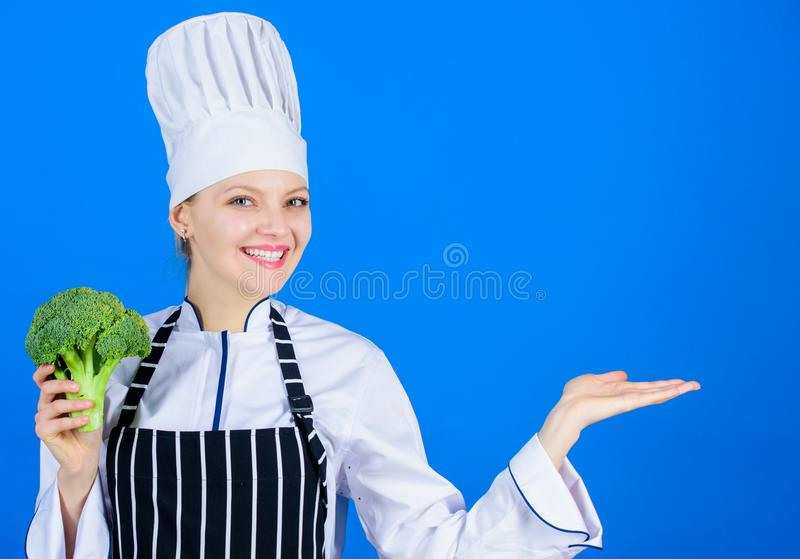 Dla szczerze przyjemnego i zdrowego naczynia Kuchenna gosposia gestykuluje daleko od z zdrowymi zielonymi brokułami w ręce cook s fotografia stock